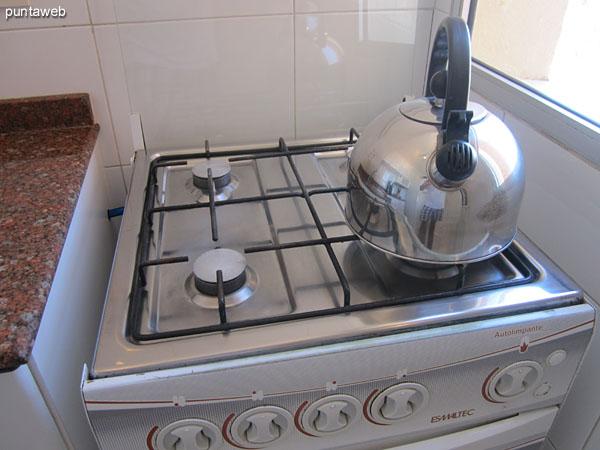 Disposición del horno microondas en la cocina. <br><br>La cocina está equipada con cocina a gas de cuatro hornallas, heladera con freezer, horno microondas ya mencionado, cafetera, y otros electrodomésticos.
