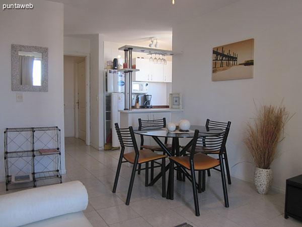 Vista parcial del living comedor hacia el sector donde se encuentra la mesa del comedor.<br><br>Al fondo a la izquierda el baño.<br><br>Al fondo a la derecha, la cocina.