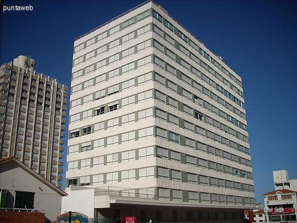 Fachada del edificio desde la calle 29 hacia el sureste.