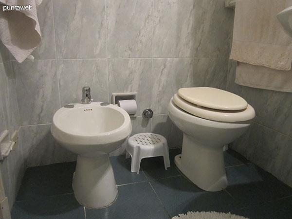 Baño interior. Situado a la izquierda del pasillo de acceso. Cuenta con mampara en vidrio.