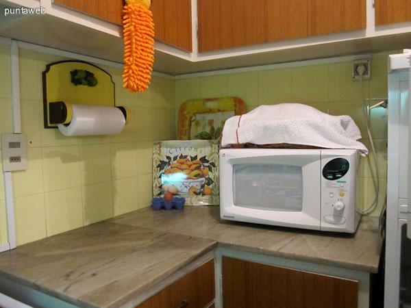 Cocina interior. Situada a la derecha del pasillo de acceso. Cuenta con muebles sobre y bajo mesada. Cocina a gas y horno microondas.