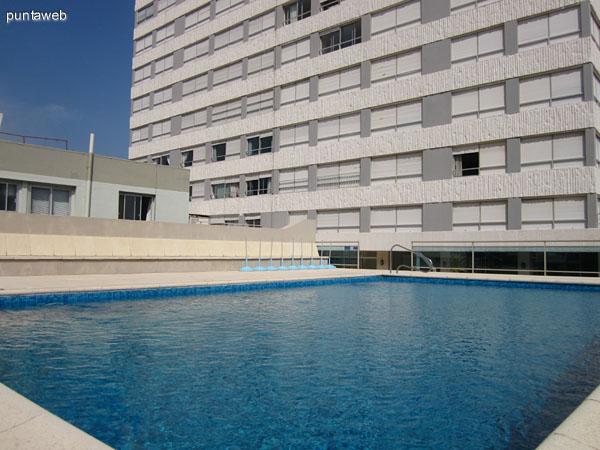 Espacio en el contrafrente del edificio. A la izquierda de la imagen el acceso a la piscina al aire libre.