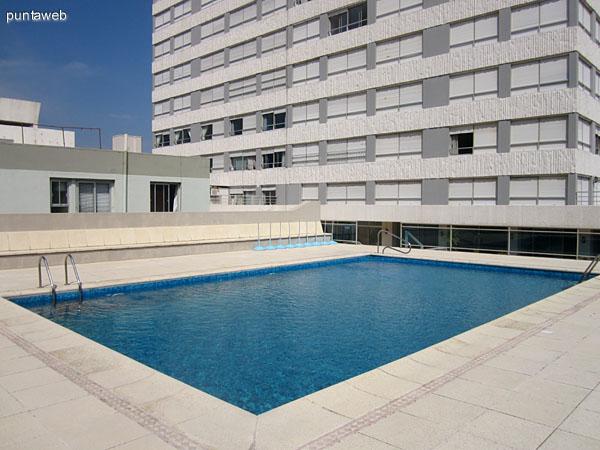 Espacio abierto al contrafrente del edificio. Está acondicionado con reposeras y conduce a la piscina al aire libre.