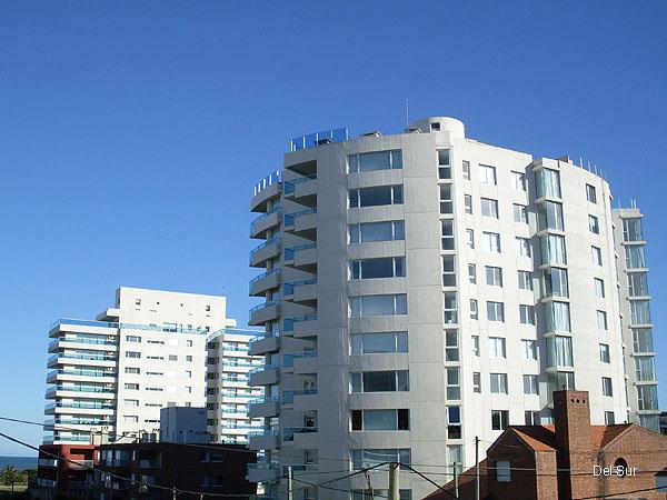 Vista lateral del edificio, se ve la calle que desemboca en la Rambla de playa Brava.