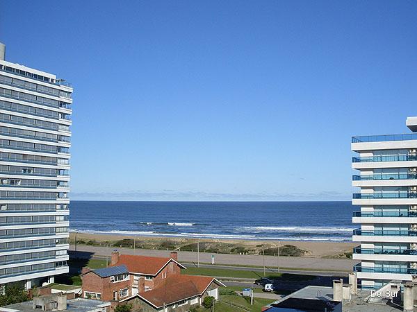 Vista al mar entre edificio, Parada 6 de playa Brava.
