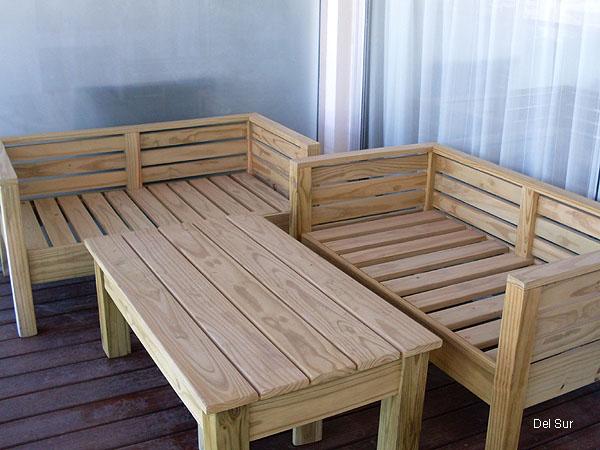 Muebles de la terraza en madera.