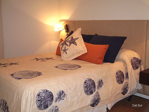 Dormitorio principal en suite con sommier de dos plazas.