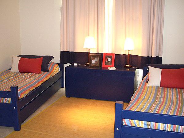 Segundo dormitorio con camas marineras de una plaza.