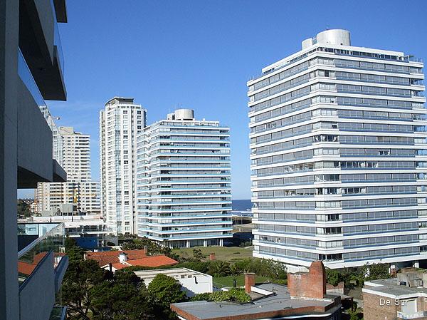 Vista desde la terraza del apartamento hacia La Barra, se ven los edificios de primera fila a la Rambla.
