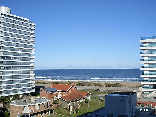 Vista a la Parada 6 de playa Brava, el mar a s�lo 100 mts. del apartamento.