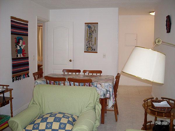 Living comedor, ingreso del apartamento a la derecha al fondo.