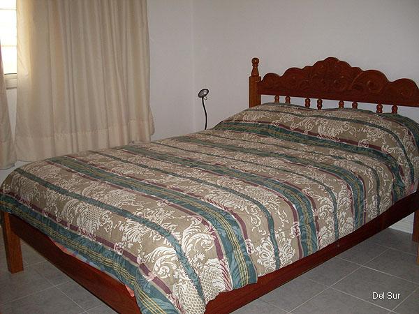 Dormitorio principal con cama de dos plazas.