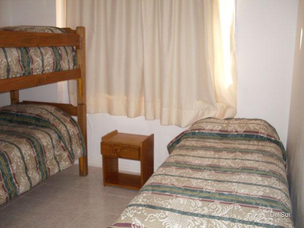 Segundo dormitorio con tres plazas, cama cucheta y cama individual.