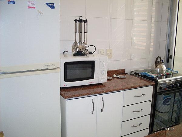 Cocina nueva moderna, completa.