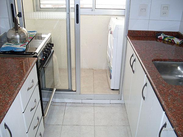 Cocina con doble mesada, con salida a la terraza lavadero.