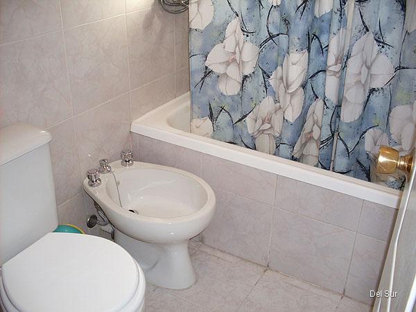 Baño principal con bañera.
