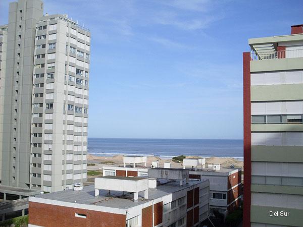 Vista al mar entre edificios.