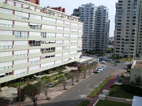 Vista hacia Avenida Francia, a sólo cinco cuadras de Avenida Gorlero y a dos cuadras de la playa Brava.
