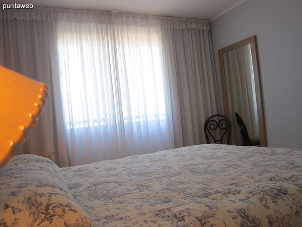 Master bedroom suite with double bed conditioning.<br><br>Overlooking the front of the building on the environment and the bay suburbs of Punta del Este.