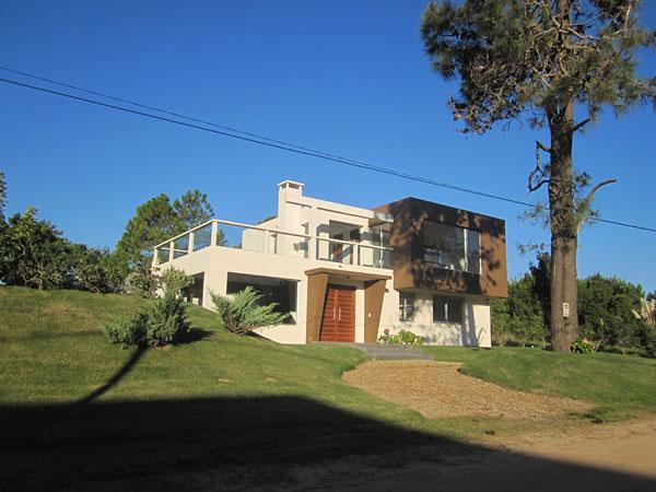 Fachada de la casa desde el oeste hacia el este.