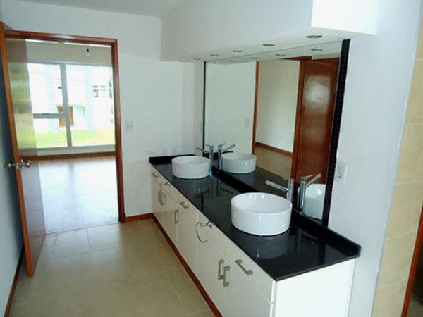 Baño con SPA en dormitorio de planta alta. Cuenta con vestidor, hidromasaje, ducha irlandesa y sauna.