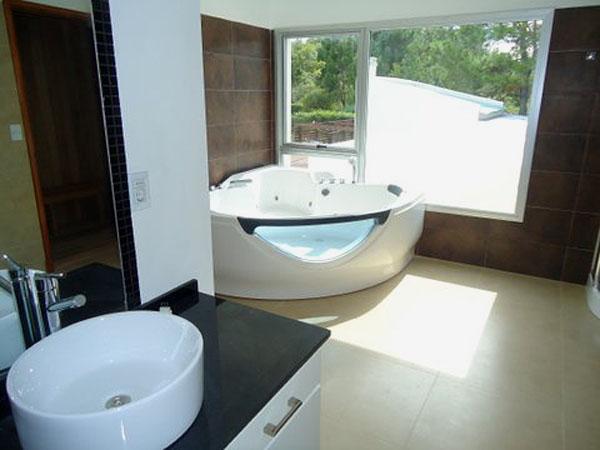 Detalle de mesada en baño con SPA.