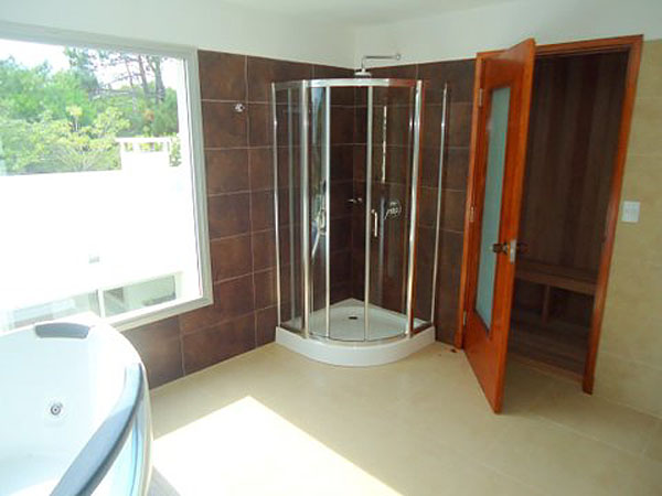 Detalle de mesada en baño con SPA. Al fondo el hidromasaje.