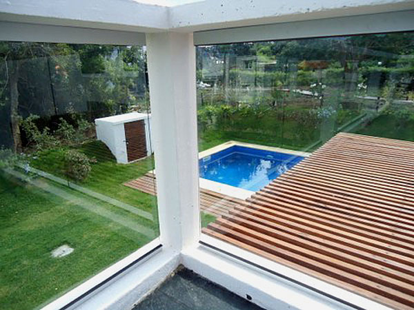 Terraza abalconada con cristales en planta alta.