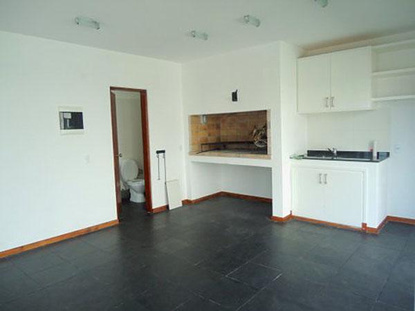 Barbacoa independiente acondicionada con baño, mesada con bacha y gran parrillero. Entorno cerrado por ventanales de aluminio.