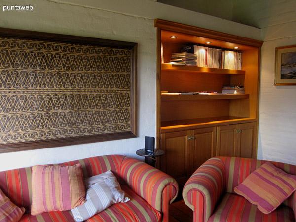 Vista del jard�n y parrillero con casa de hu�spedes desde la ventana del play room o sala de TV.