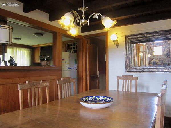 Comedor, situado a la derecha de la entrada, debajo del espacio de planta alta destinado a sala de TV. A la izquierda acceso a la cocina y a un toilette, a la derecha acceso al dormitorio principal.