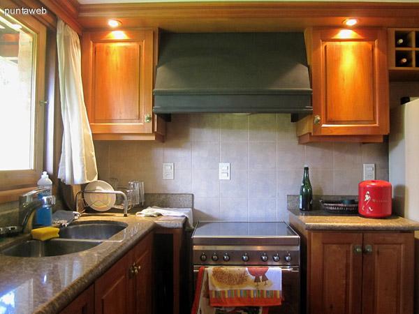 Vista de muebles sobremesada de la cocina desde la barra que comunica al comedor.