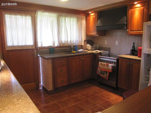 Espacio de cocina, muebles sobre y bajo mesada.