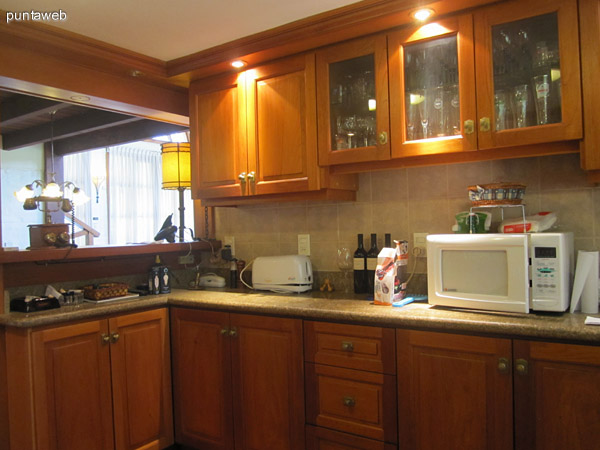 Vista general de la cocina, las ventanas y puerta dan al jard�n trasero de la casa.