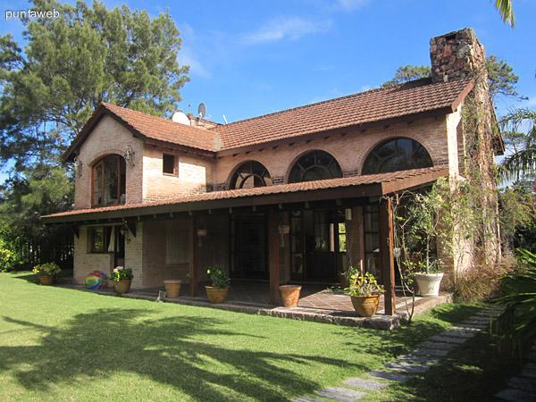 Vista general del jard�n y fachada trasera de la casa desde el comienzo de la cochera.