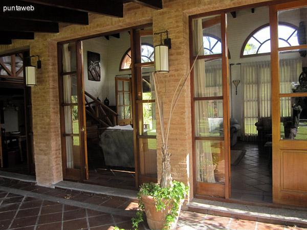 Vista general del jard�n trasero de la casa desde el acceso a la cochera a la altura del patio galer�a cubierto del living. Al fondo se aprecia la casa de hu�spedes.