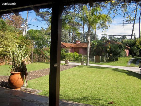 Vista general del living desde el patio galer�a cubierto trasero.