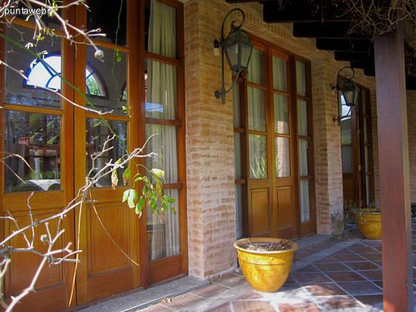 Vista del jard�n frontal de la casa hacia la calle desde el patio galer�a techado del living.