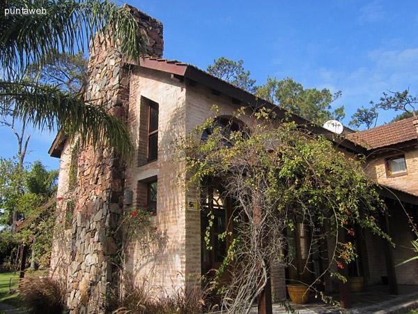 Ventanales puerta del living y el patio galer�a cubierto. El acceso a la casa utiliza la tercera puerta, la del fondo en esta imagen.