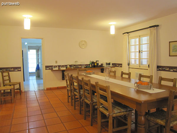 General view of the dining room from the entrance to the kitchen.