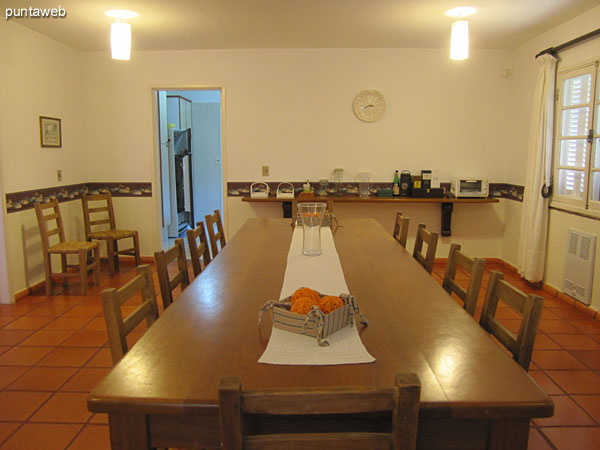 General view of the dining room from the right corner to access to the kitchen.