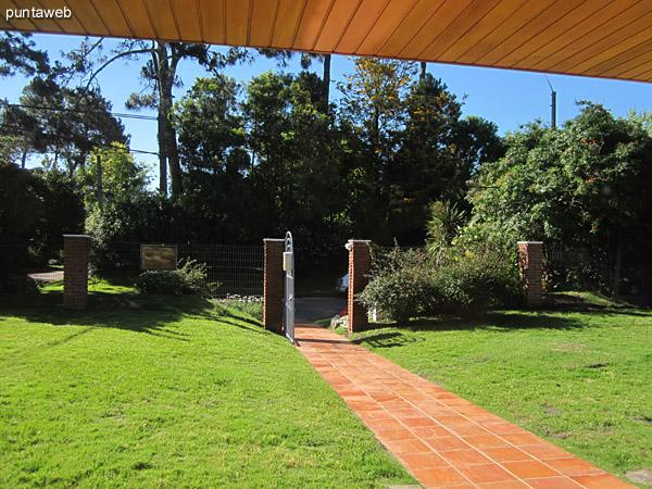 Vista general del estar desde la esquina izquierda junto a la ventana hacia la puerta de entrada de la casa.<br><br>A la derecha de la imagen, el espacio de living comedor.