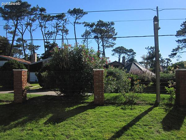 Vista hacia el jardín del lateral oeste de la casa desde la ventana del ambiente de estar.