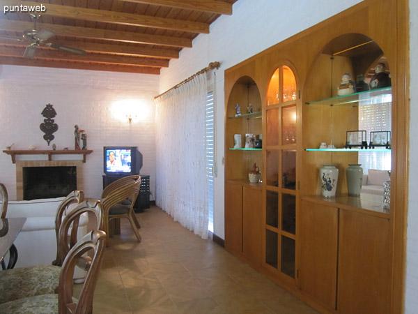 Vista general del living comedor desde el fondo junto a la estufa hacia el inicio en el acceso de la casa.