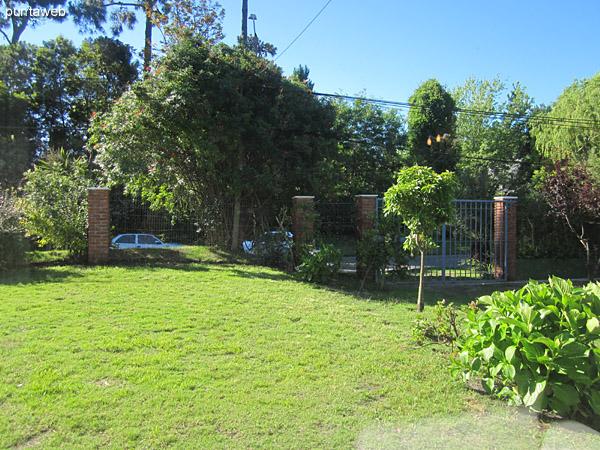 Vista del jardín al frente de la casa desde las ventanas del living comedor.