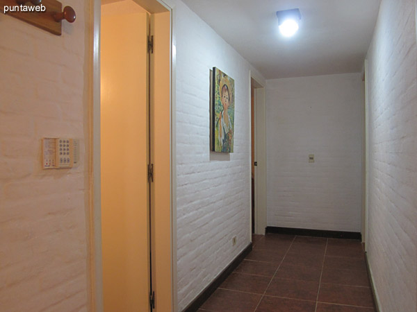 Toilette. Ubicado al inicio del pasillo que conduce a los dormitorios sobre el lateral oeste de la casa luego del estar.