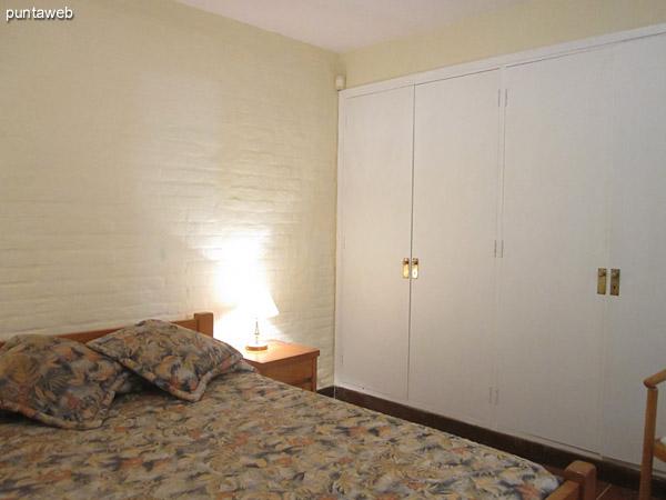 Dormitorio principal con baño en suite. Ubicado sobre el lateral sur de la casa.<br><br>Acondicionado con cama matrimonial, gran armario en madera y aire acondicionador.