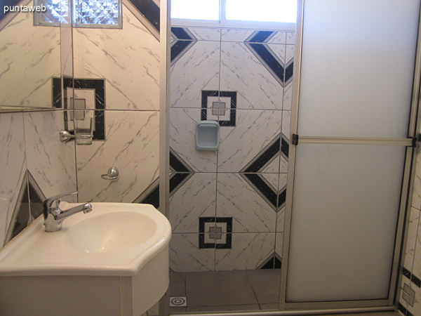 Baño en suite del dormitorio principal.<br><br>Amplio, con ventana exterior y ducha con mampara.