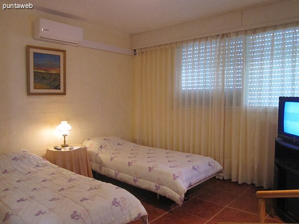 Detalle de grifería y artefactos sanitarios en el baño en suite del dormitorio principal.