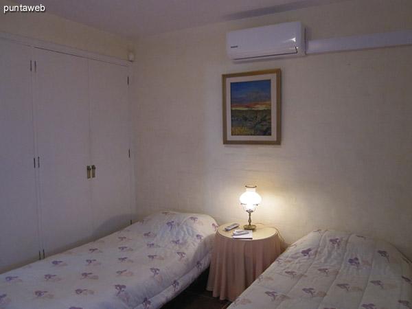 Segundo dormitorio. Ubicado sobre el lateral oeste del predio al fondo. <br><br>Acondicionado con dos camas individuales, aire acondicionador y televisor.